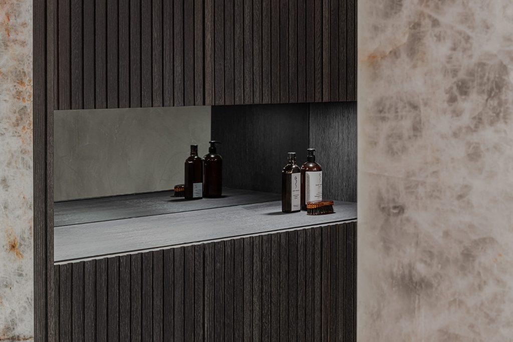 In der Wiener Stadtwohnung wurde von M&G ein Badezimmer der Extraklasse geschaffen. Die offene, wohnliche Gestaltung mit Glastüren und Holzböden wird mit dem Podest und den Wandelementen aus White Iceberg (Kristallmarmor) von Breitwieser förmlich gekrönt.