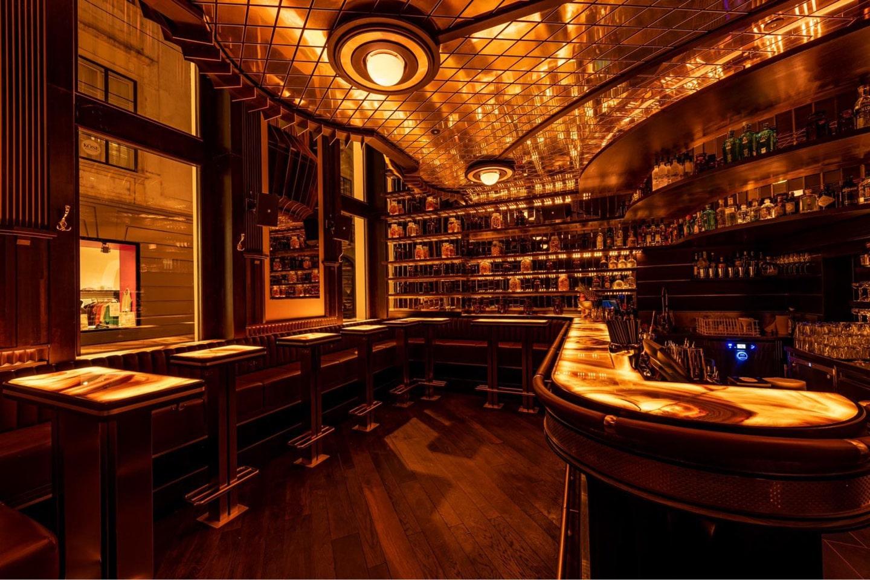 Das Herzstück des Kleinod Prunkstück in Wien: hinerleuchtete Elemente aus Onyx an der Bar und den Tischen von Breitwieser.