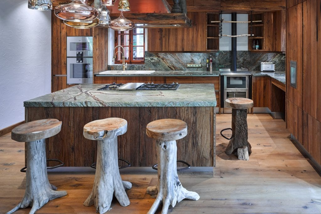 Der grüne, extravagante Marmor Rain Forest Green von Breitwieser setzt als Arbeitsplatte edle Akzente in der großen rustikalen Wohnküche LAC.
