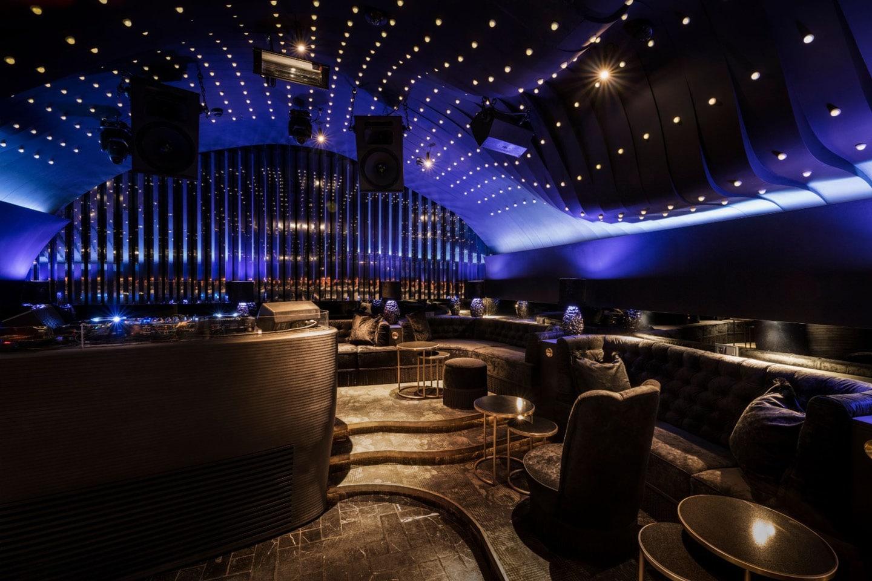 Die Bar aus feinstem Golden Viper Granit von Breitwieser und Interieur vom Londoner Luxus-Ausstatter House of Hackney – so präsentiert sich der neue exklusive Club Sechser im 1. Wiener Bezirk.