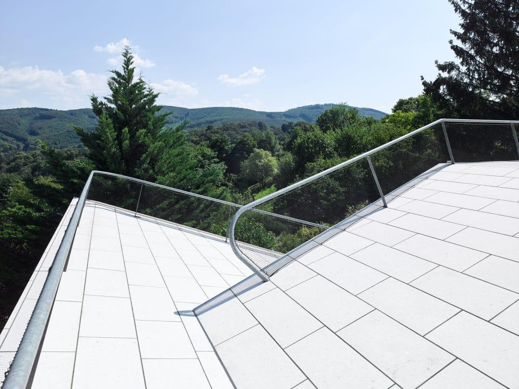 Architekturvilla mit stilvollem Natursteinpool aus Rain Forest Green Marmor sowie einer Wandverkleidung der Fassade aus White Shell Kalkstein