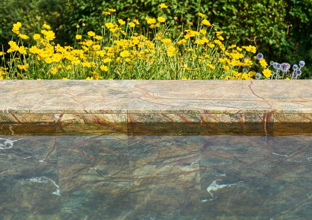 Outdoor & Pools: Architekturvilla mit stilvollem Natursteinpool aus Rain Forest Green Marmor sowie einer Wandverkleidung der Fassade aus White Shell Kalkstein