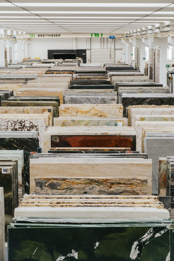 Steinplatten im Showroom von Breitwieser.