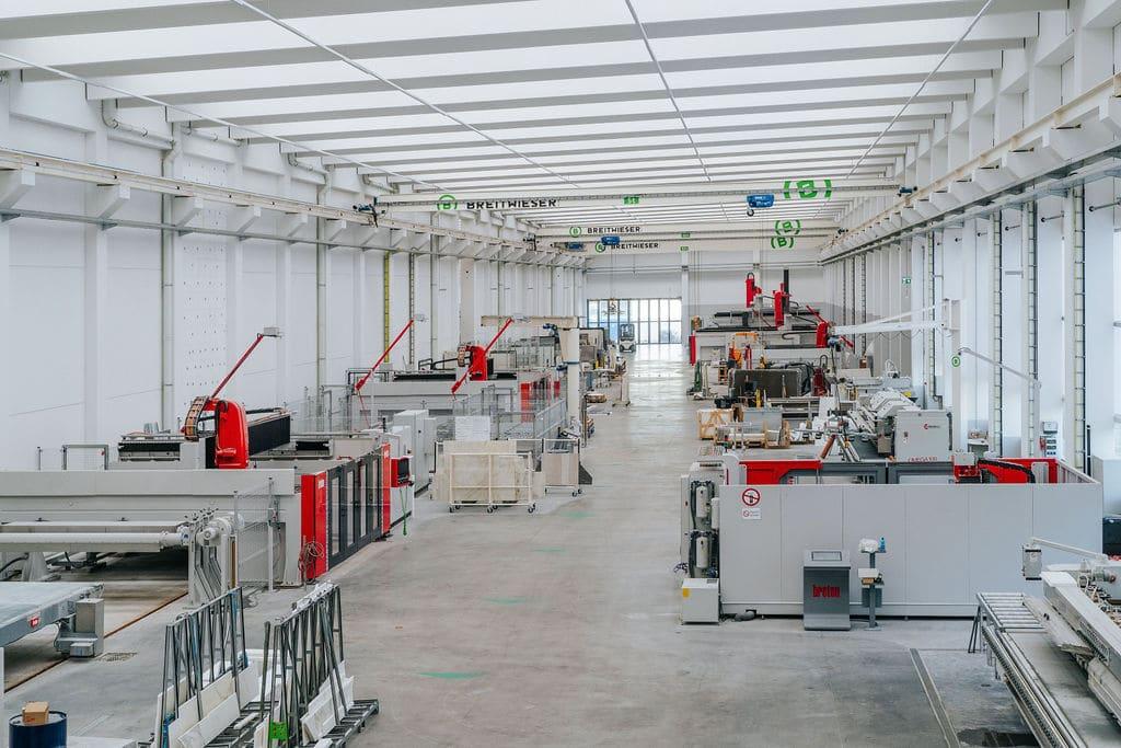 Arbeitsprozess in der neuen Produktionshalle von Breitwieser.