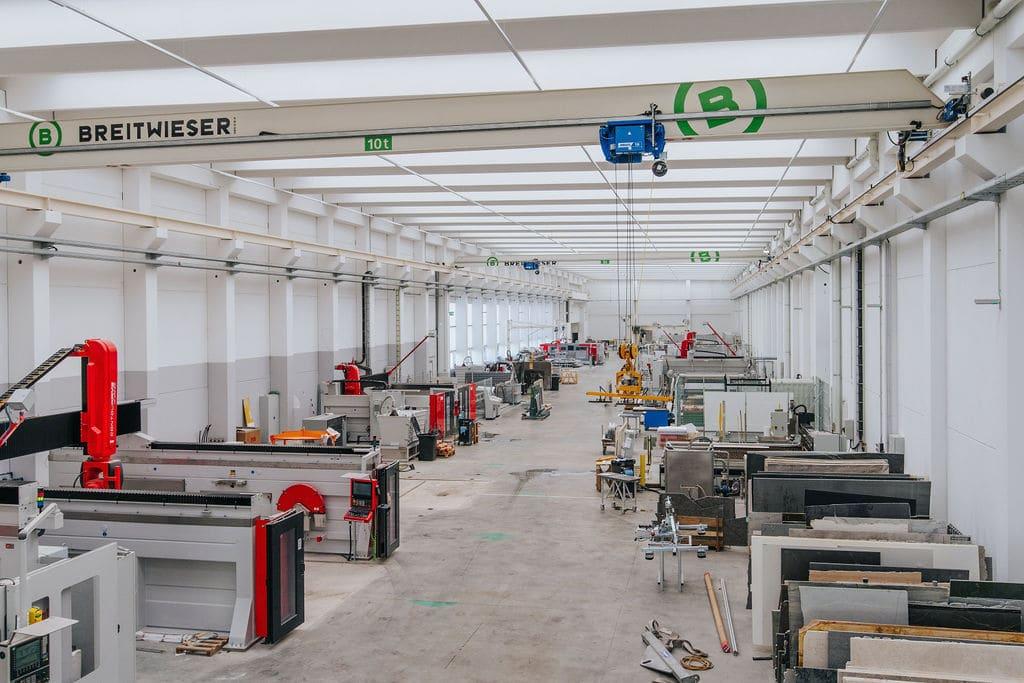 Arbeitsprozess in der neuen Produktionshalle von Breitwieser.Fotoebene Impressum.