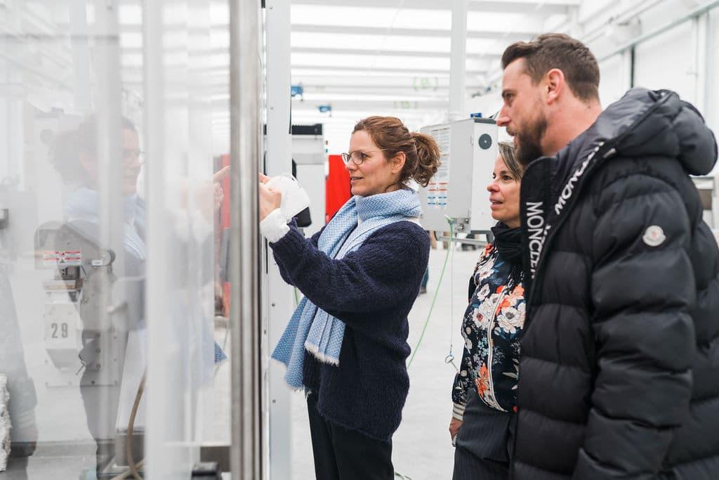 Manfred jun. Breitwieser besichtigt die Produktionshalle mit den Designerinnen von Lucy D.
