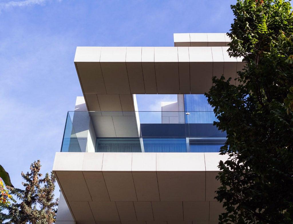 """Ein Haus mit zwei Seiten: Das Hauptaugenmerk liegt auf einer """"Sensation der Kontraste"""", so Architekt Alexander R. Tavakoli über die Inszenierung von Offenheit und Abgeschiedenheit im Haus E. Denn dem Maximum an Transparenz und Ausblick stellt der Architekt soliden Kalkstein entgegen."""