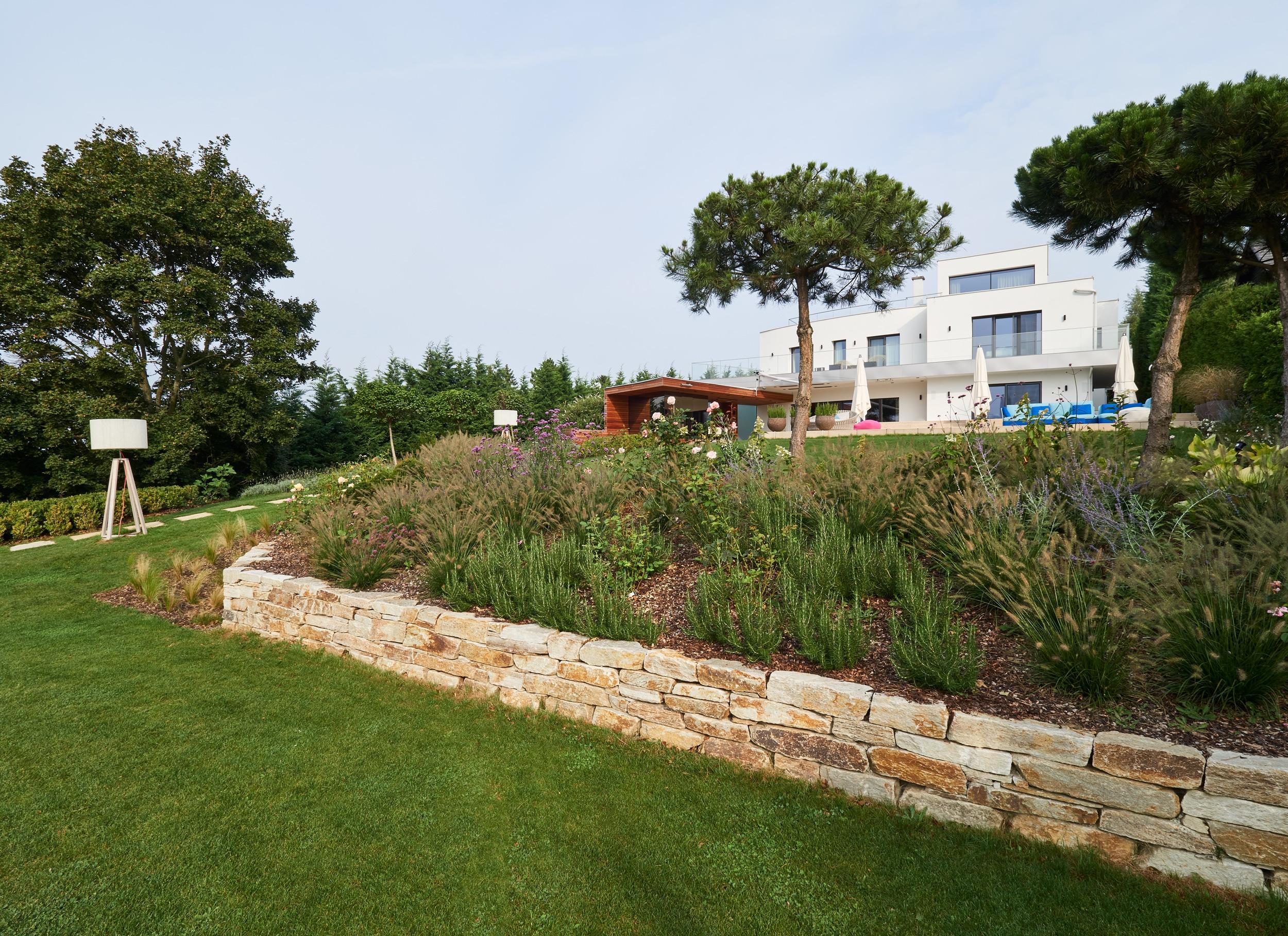 Das Haus am Ölberg mit Terrasse aus Caramello Shell Kalkstein & Amarello Quarzsandstein