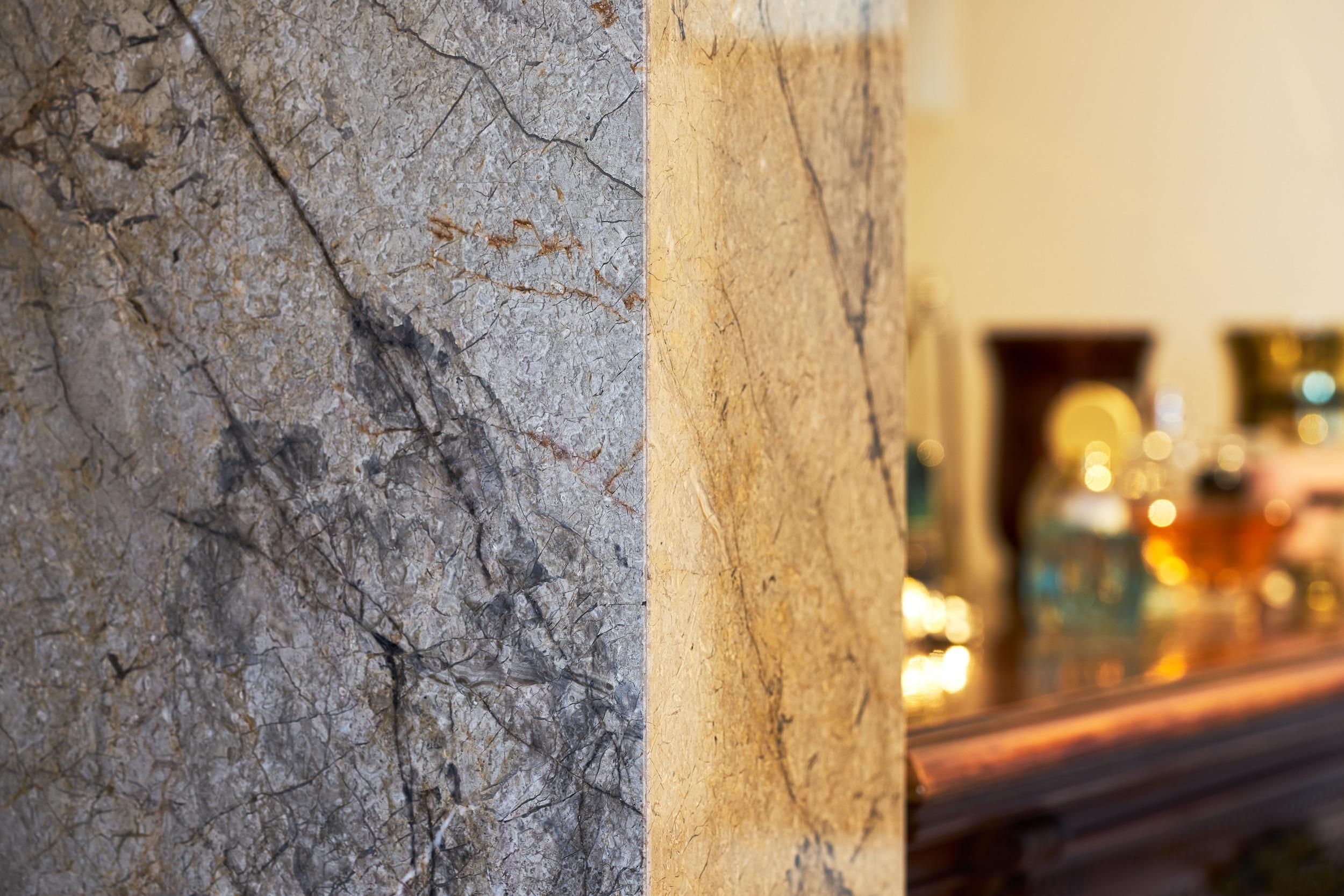 Große Wände aus Silver-Roots-Marmor verkleiden das extravagante Badezimmer. Ein spektakuläres Muster, wie silberne Wurzeln auf einem Waldboden.