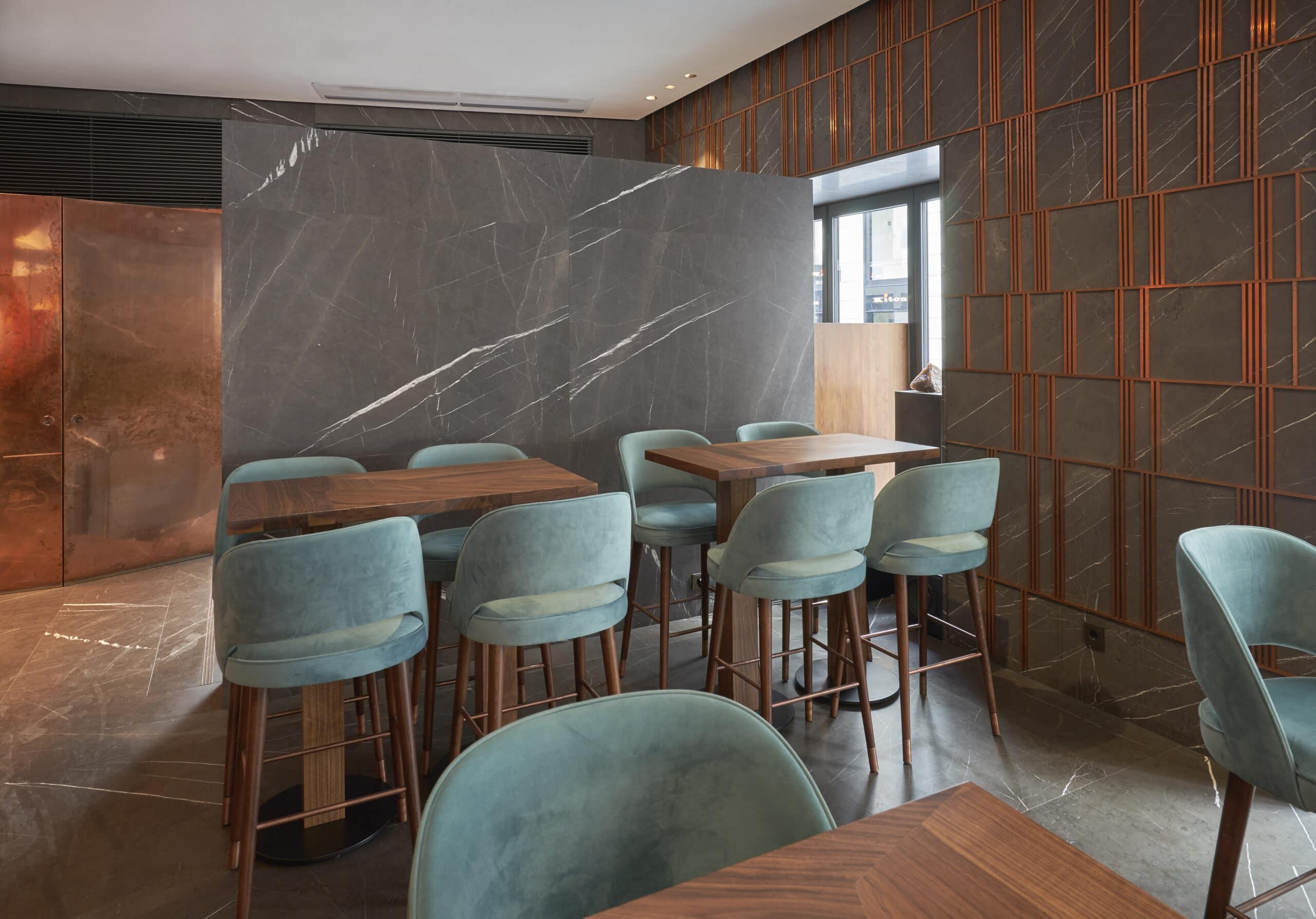 Der anthrazitfarbene Marmor Grey Pietra aus dem Iran weist eine markante, elegante weiße Maserung auf. Wie man im Restaurant AI sehen konnte, ist er äußerst vielseitig einsetzbar und bleibt trotz Akzentsetzung eher klassisch zurückhaltend.
