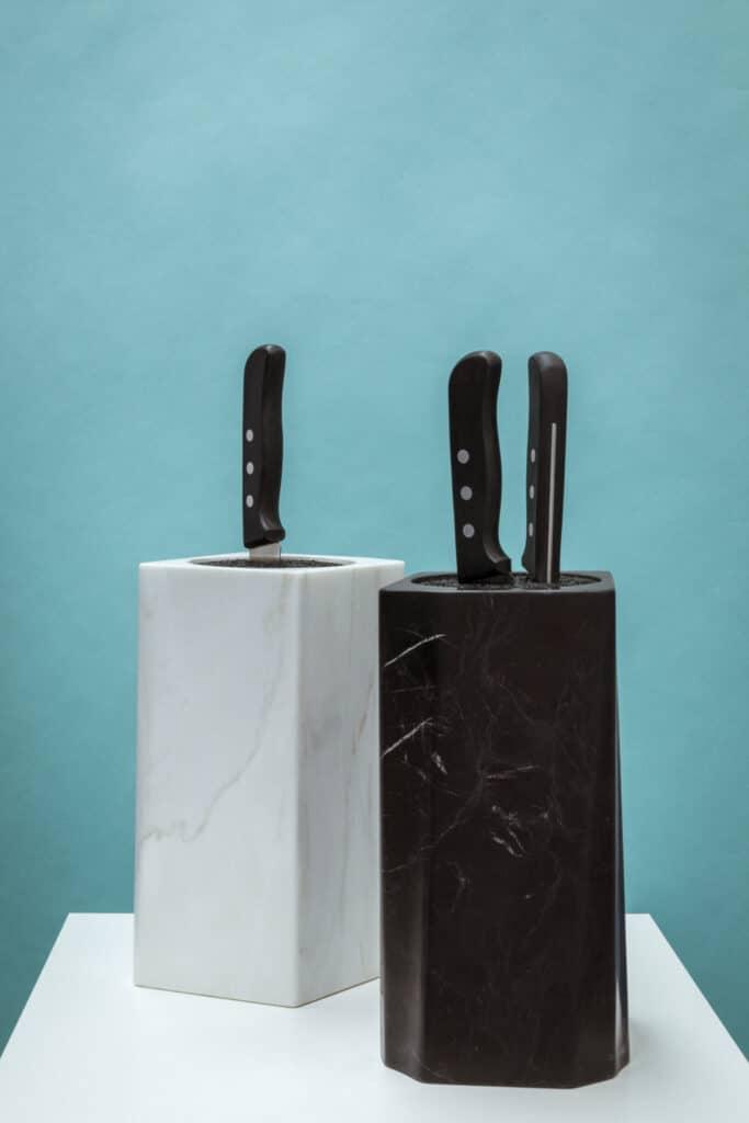 SHILOH & KNOX wurde für Breitwieser von LUCY.D mit der Lust am haptischen Natursteinerlebnis designt. Besonders der Nussknacker KNOX zeichnet sich durch die keilartige Ur-Form aus und verweist auf die einfache Handhabung.