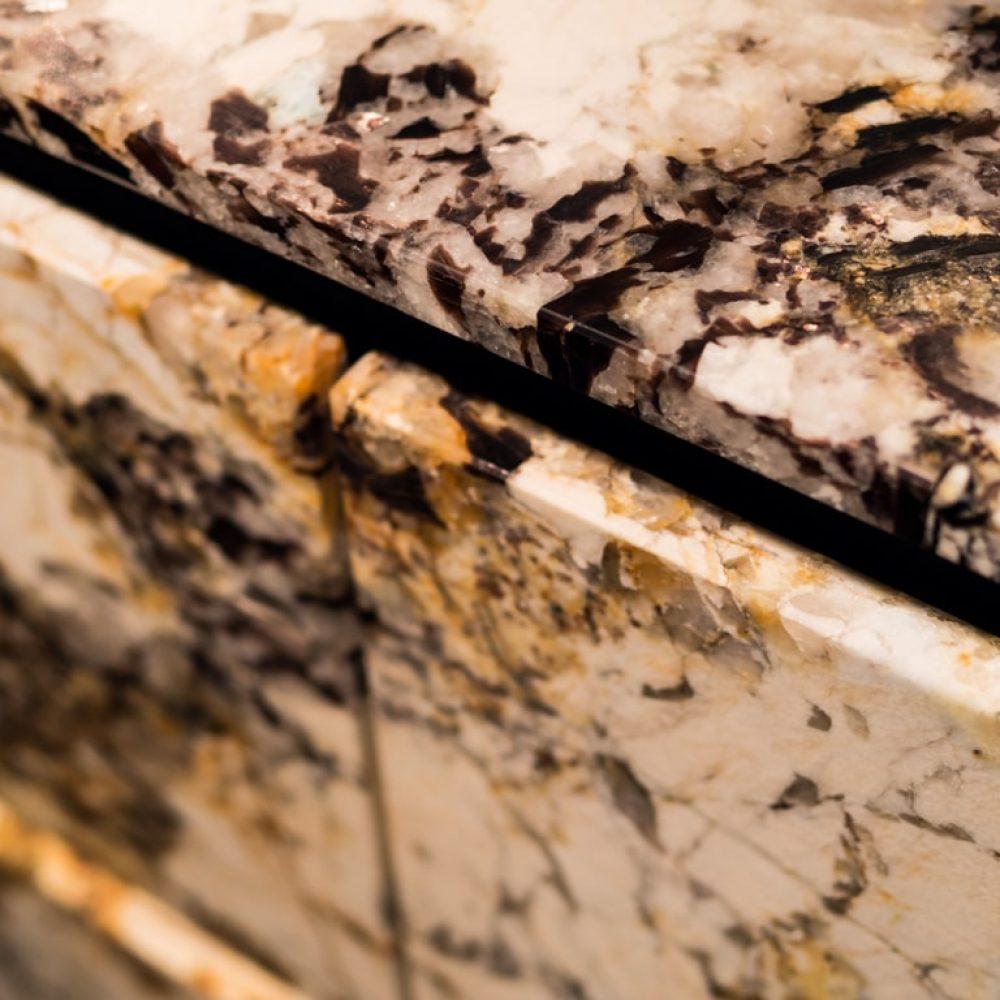 Küchenblock aus dem Naturstein Mascarello Gold, Granit (Brasilien) von Breitwieser
